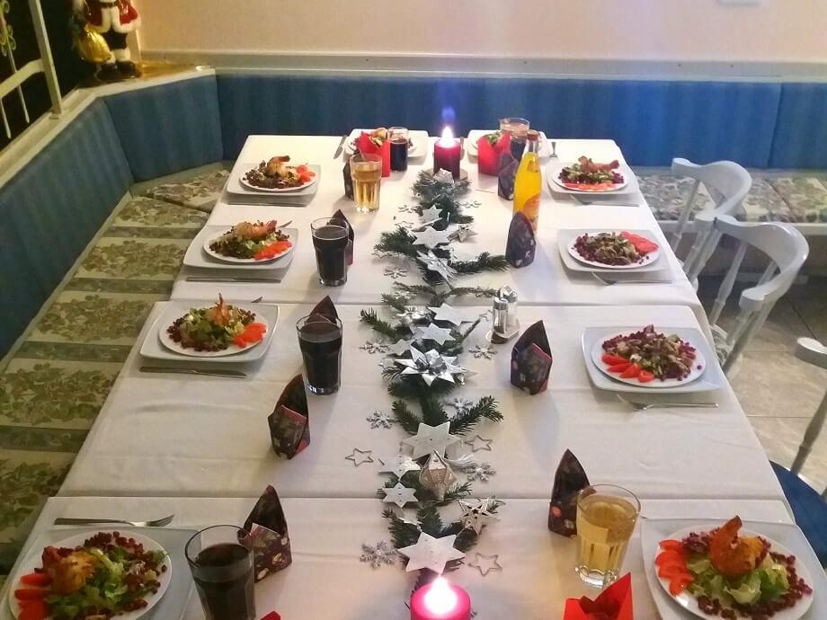 Festlich gedeckter Tisch mit Menü